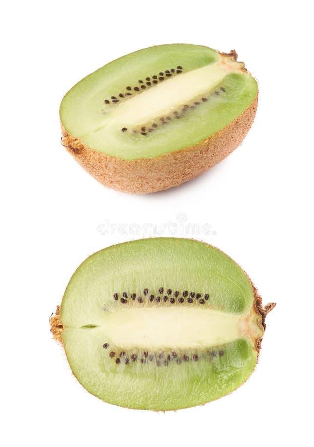 De gesneden helft van een geïsoleerde kiwifruit stock foto