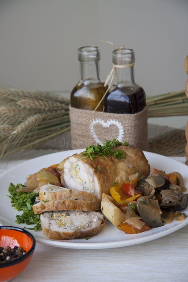 De gesneden kippenborst en stiffed groenten met peterselie royalty-vrije stock foto's