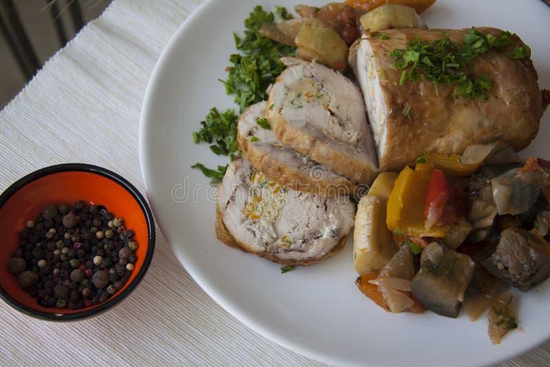 De gesneden kippenborst en stiffed groenten met peterselie royalty-vrije stock fotografie