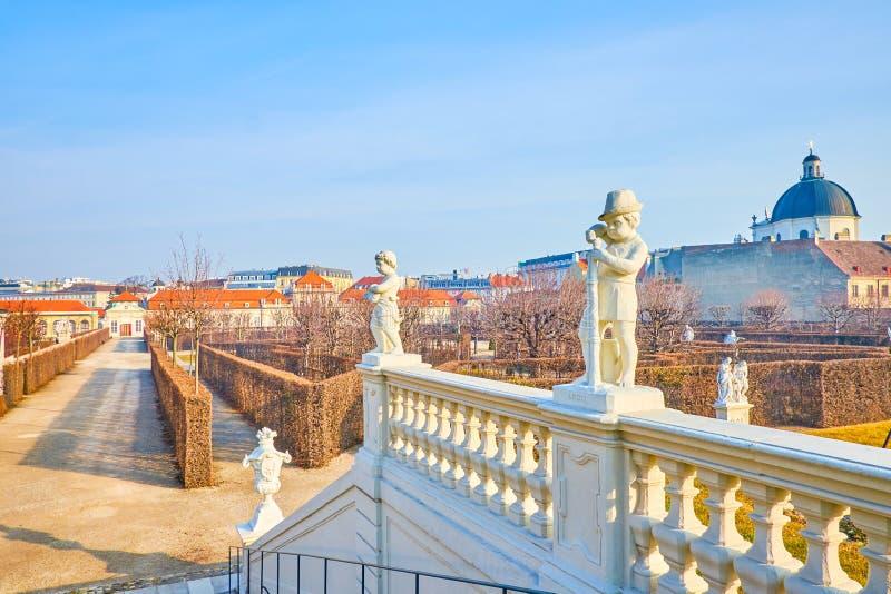 De gesneden leuningen met gesneden beeldhouwwerken in Belvedere Tuin, Wenen, Oostenrijk stock afbeelding