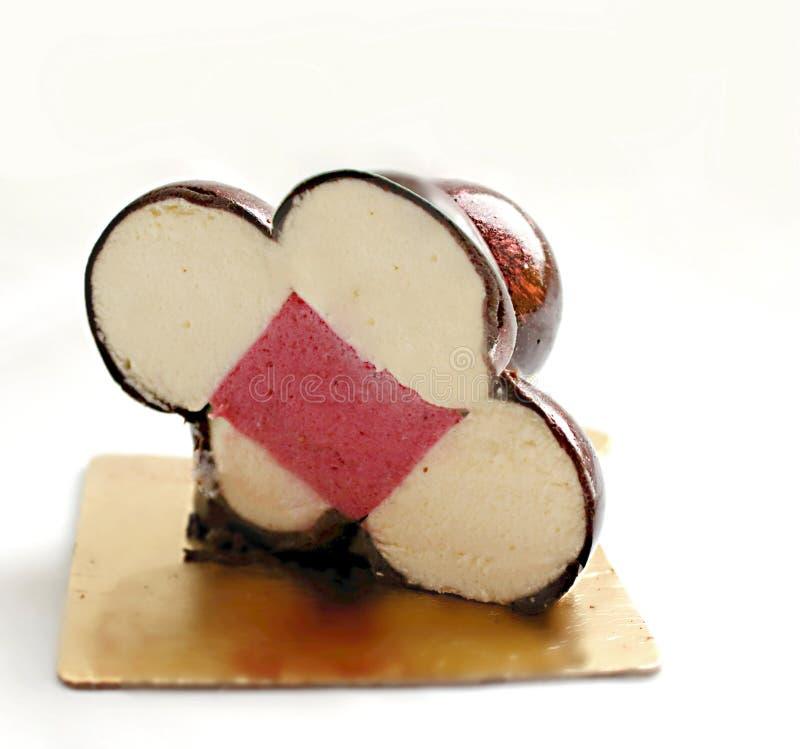 De gesneden mousse van de moleculevanille en rood fruitig dessert met glanzende spiegelglans stock foto's