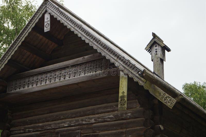 De gesneden pijp van hout, hellend dak op het oude huis, bouwde 1495, houten architectuur in stock foto