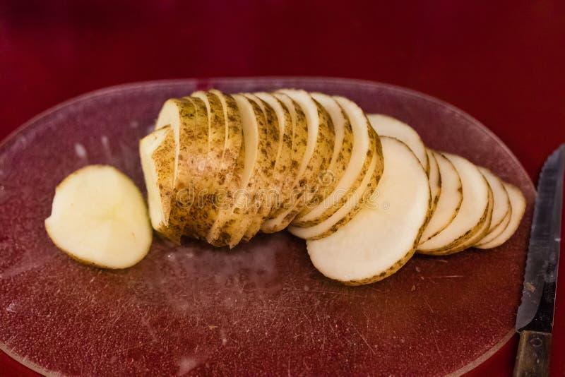De gesneden roodbruine aardappel die prepped voor baksel zijn stock foto