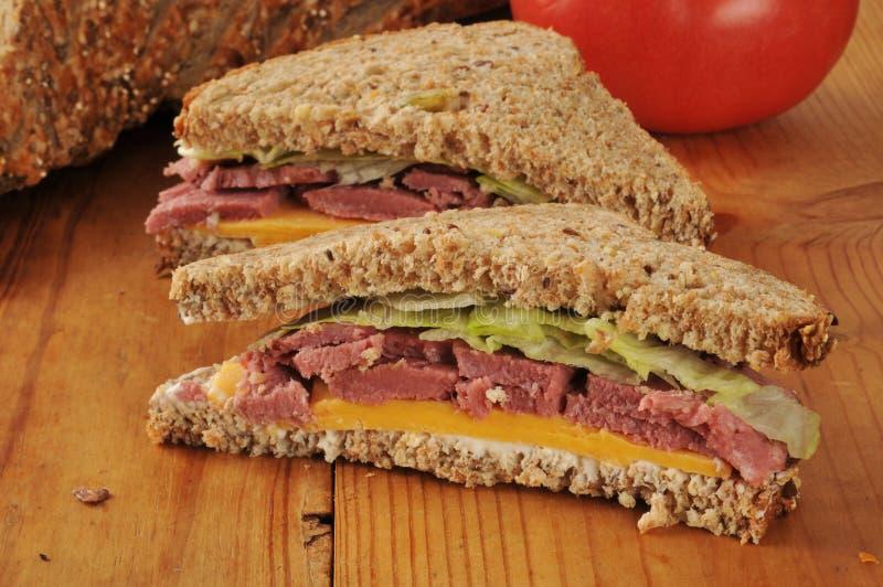 Download De Gesneden Sandwich Van Het Braadstukrundvlees Stock Afbeelding - Afbeelding bestaande uit noot, ontsproten: 39116501