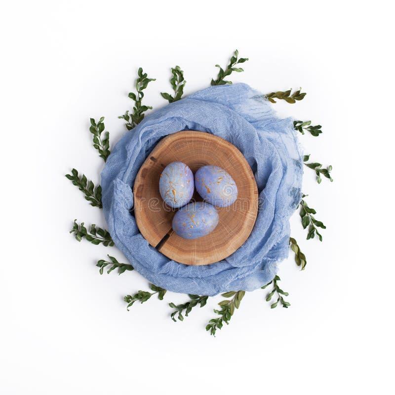De gespikkelde blauwe eieren van Pasen in creatief nest royalty-vrije stock foto