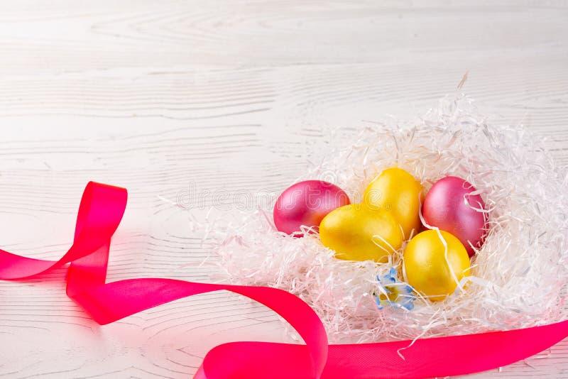 De gespikkelde eieren in vogel nestelen, Pasen-vakantiedecoratie, Pasen-conceptenachtergrond royalty-vrije stock afbeeldingen