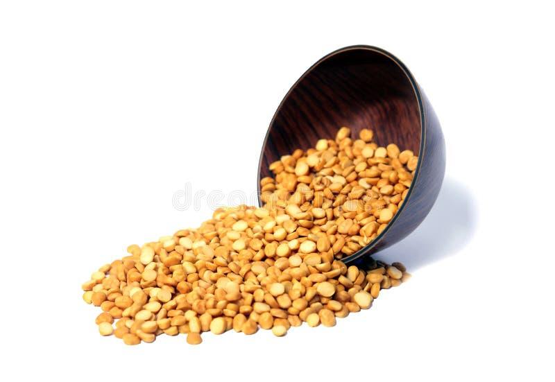 De gespleten Kikkererwt kent ook als Chana Dal, Toor Dal, Hoop van gele gespleten kekers, Ruwe die linze, op witte Achtergrond wo stock afbeelding