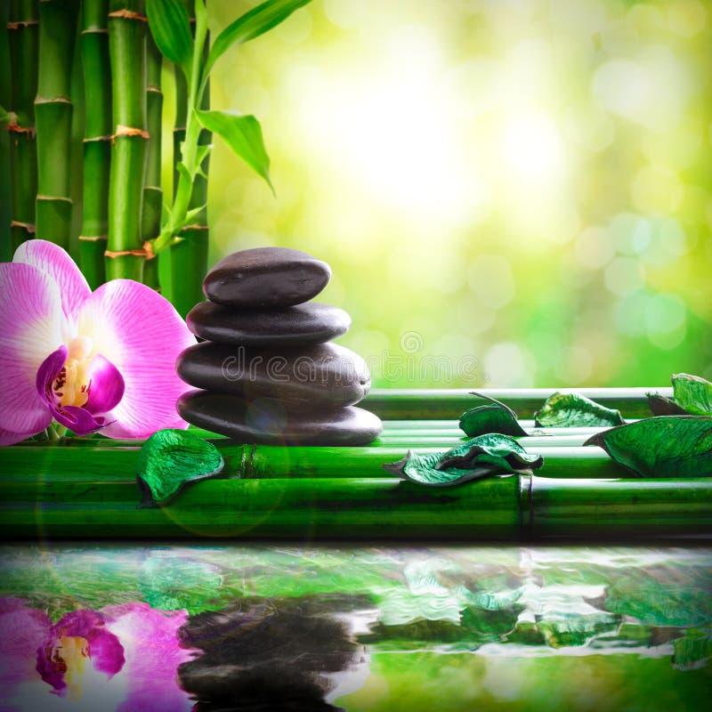 De gestapelde die stenen op bamboe in watermassage wordt weerspiegeld en ontspannen stock foto
