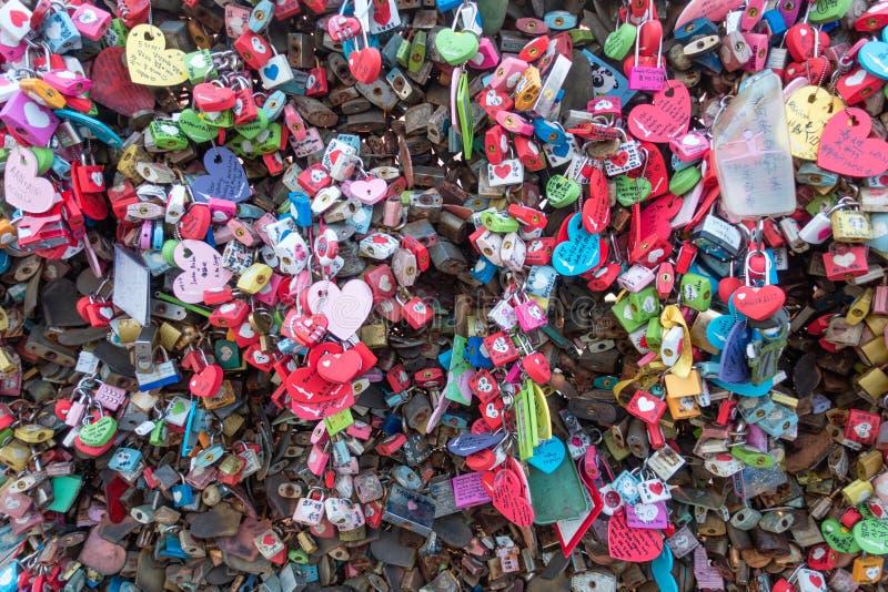De gestapelde kleurrijke sleutels van het schrijven van de namen van vele paren is gesloten op de namsan berg bij de toren van Se stock afbeeldingen