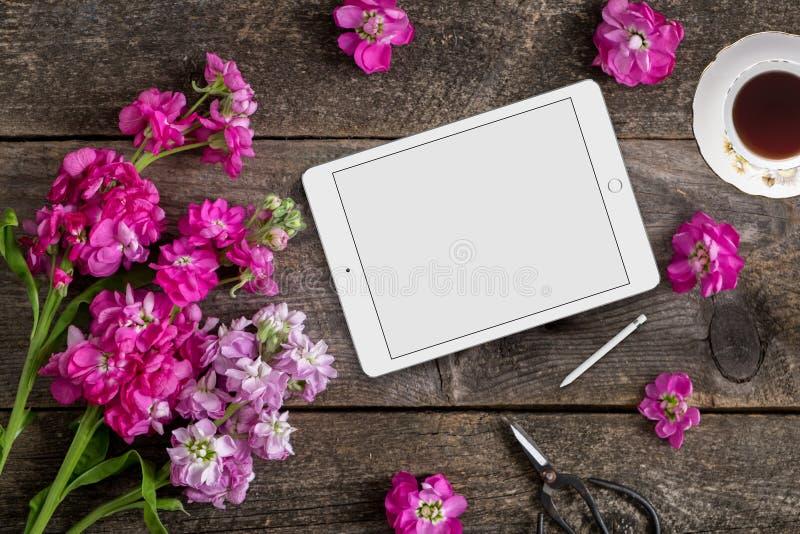 De gestileerde onechte flatlay voorraadfotografie die een hand gebruiken schilderde achtergrond, tabletapparaat om uw zaken te pl royalty-vrije stock afbeelding