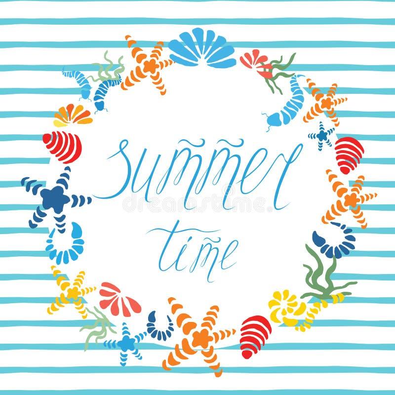 De getrokken affiche van de de zomertijd hand met kleurrijke zeester, zeeschelp verfraaide blauwe streep vector illustratie