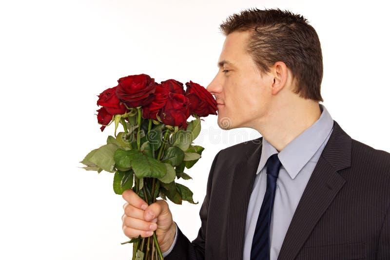 De geur van jonge mensensnuifjes van rozen stock foto