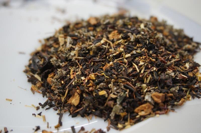 De geurige thee van de bloembes op een witte achtergrond stock foto