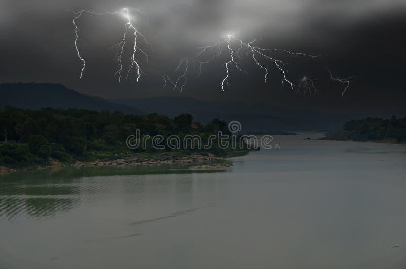 De gevaarlijke bliksem met zwarte moessonwolken behandelt de aarde royalty-vrije stock afbeeldingen