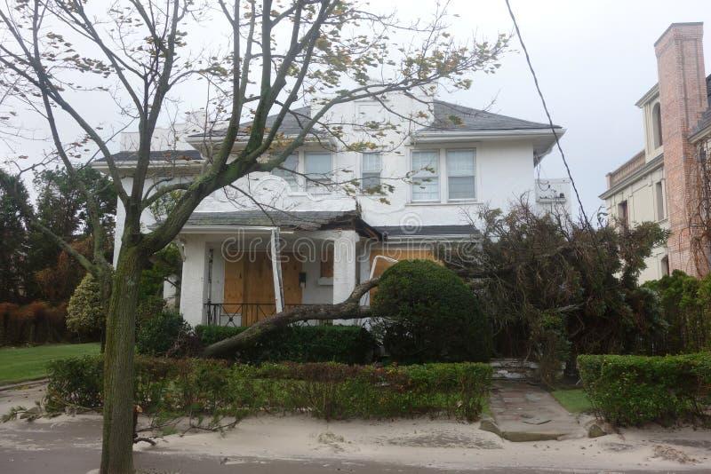 De gevallen boom beschadigde huis in de nasleep van Orkaan Zandig in Verre Rockaway, New York royalty-vrije stock foto