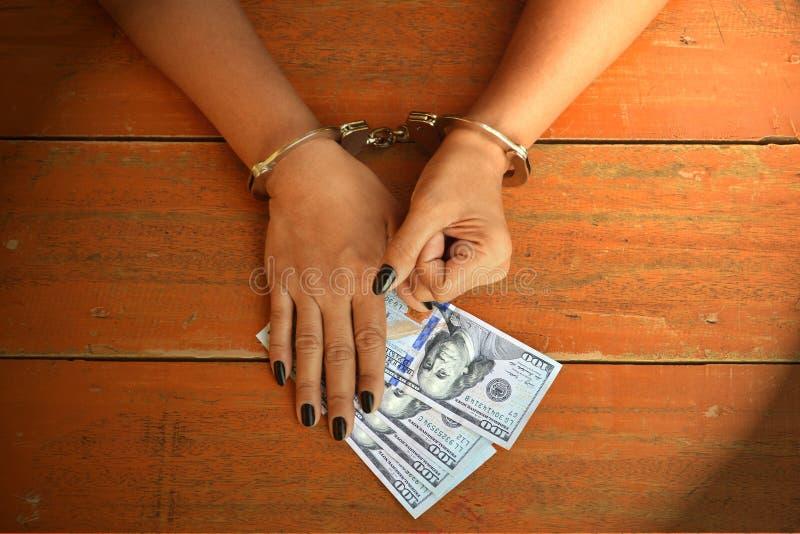 De gevangene ontvangt geld stock foto's