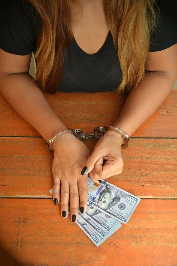 De gevangene ontvangt geld royalty-vrije stock afbeelding