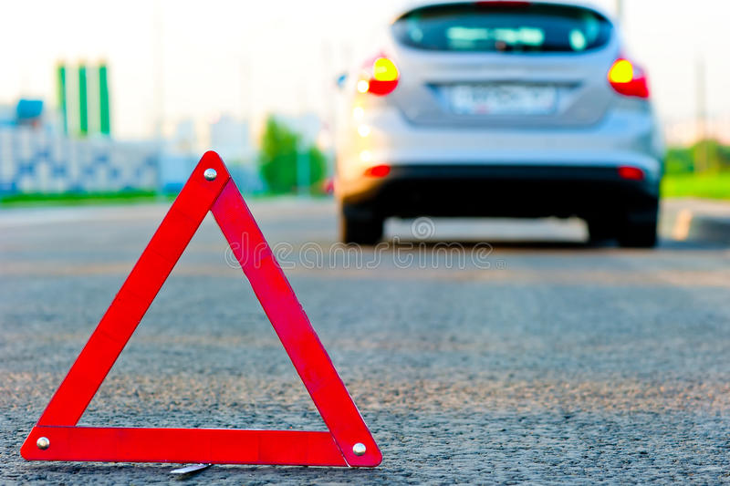 De gevarendriehoek op de weg en de auto leidde neer tot de rand royalty-vrije stock foto