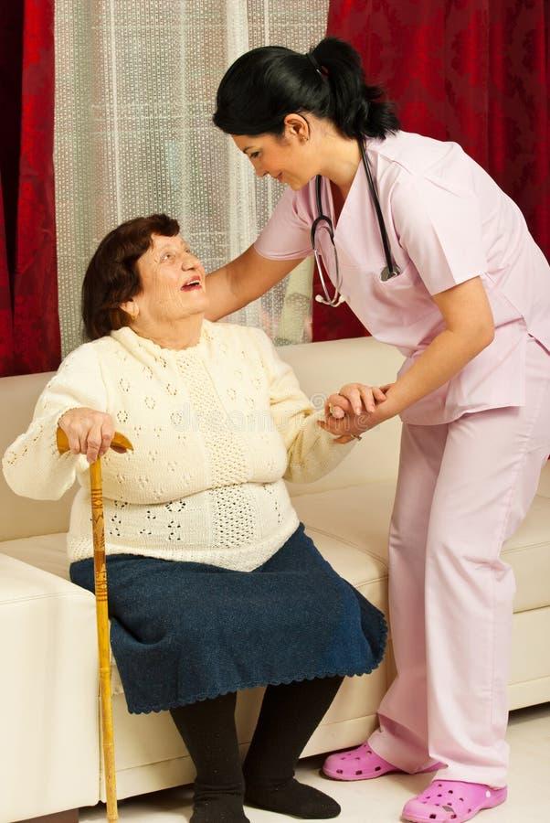 De gevende bejaarde van de verpleegster thuis royalty-vrije stock foto