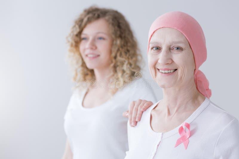 De gevende moeder van dochter ondersteunende kanker royalty-vrije stock fotografie