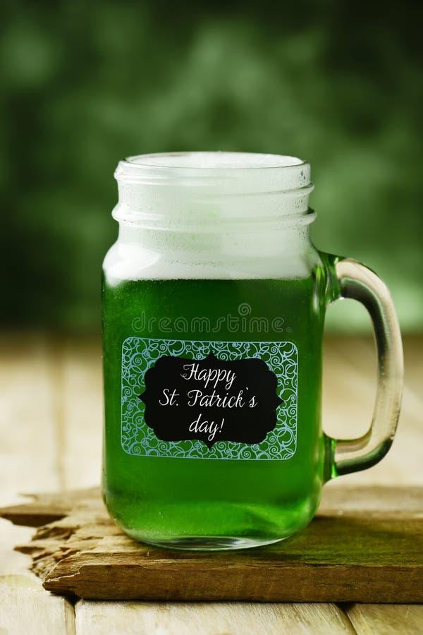 De geverfte groene bier en tekst gelukkige dag van heilige patricks royalty-vrije stock foto
