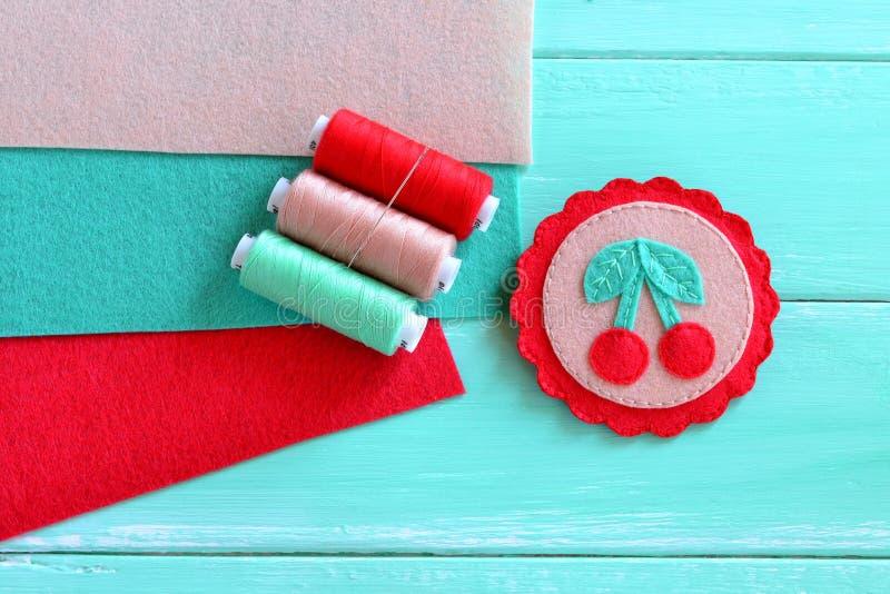 De gevoelde brochehand geborduurde zomer Mooie met de hand gemaakte gevoelde broche Idee van children& x27; s art. stock afbeelding