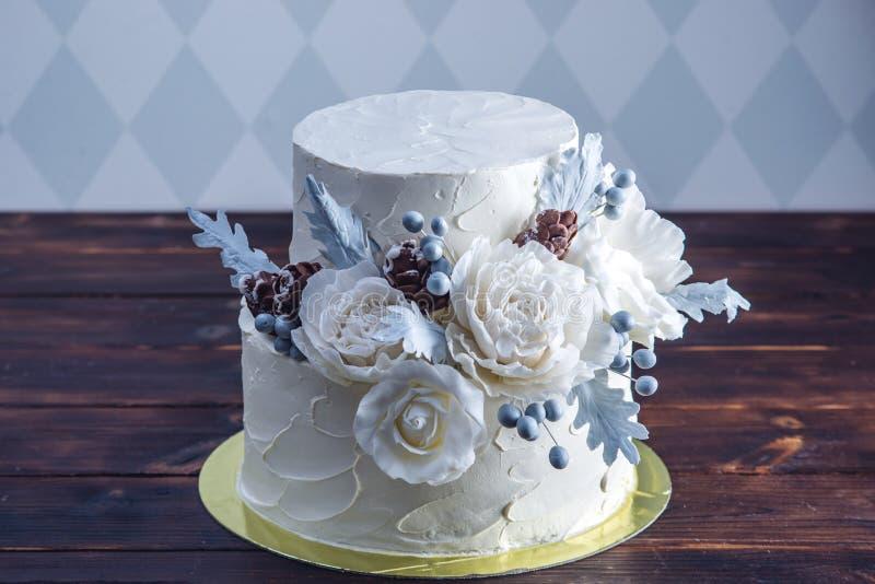 De gevoelige witte die cake van het stapelbedhuwelijk met een origineel ontwerp wordt verfraaid die mastiekrozen gebruiken Concep royalty-vrije stock fotografie