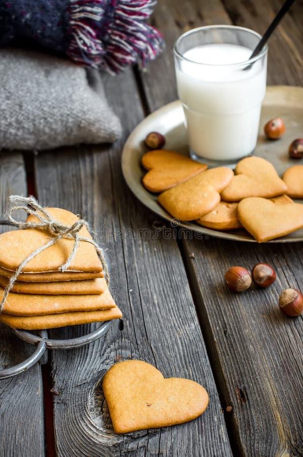 De gevormd koekjes van de valentijnskaartendag hart en glas melk stock afbeelding