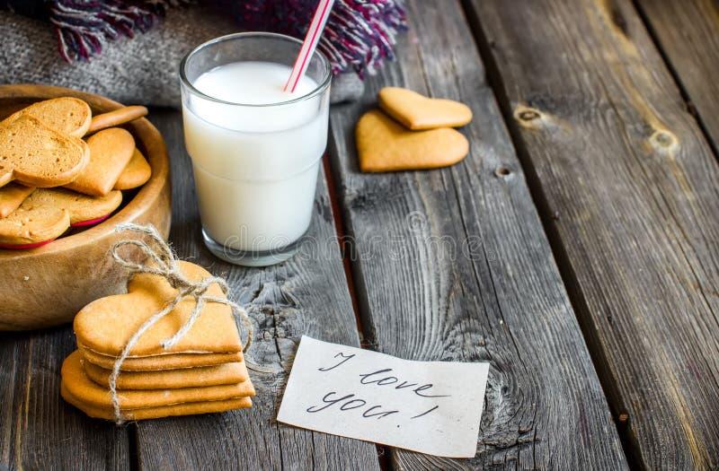 De gevormd koekjes van de valentijnskaartendag hart en glas melk royalty-vrije stock foto's