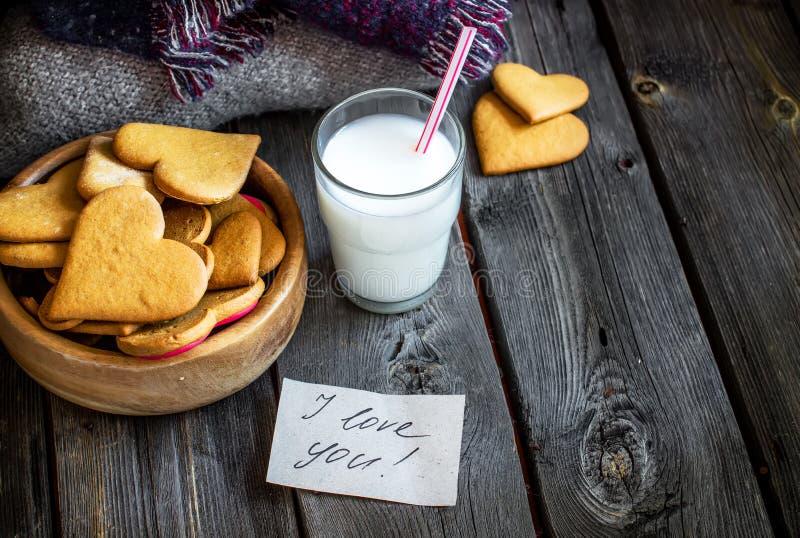 De gevormd koekjes van de valentijnskaartendag hart en glas melk royalty-vrije stock afbeelding