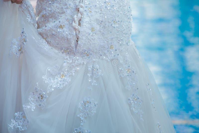 De gevormde bruid ` s mooi Fijn voorbereid spousal int. van de kantrok royalty-vrije stock fotografie