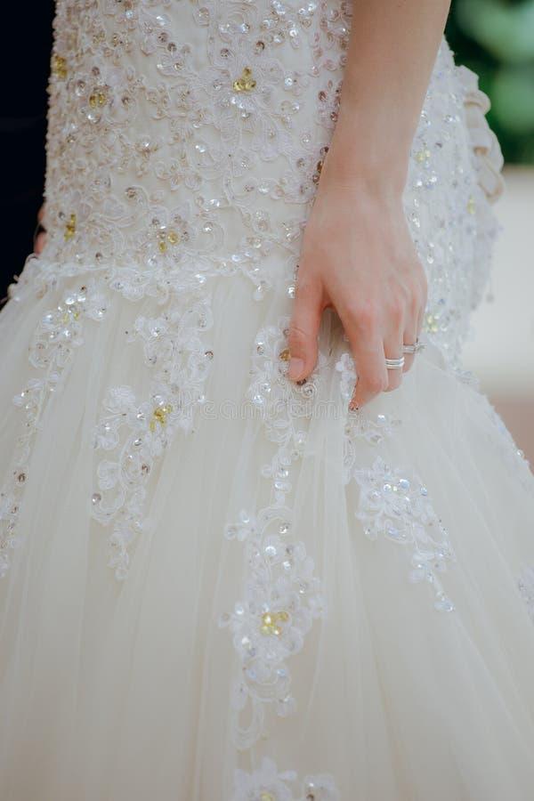 De gevormde bruid ` s mooi Fijn voorbereid spousal int. van de kantrok royalty-vrije stock foto