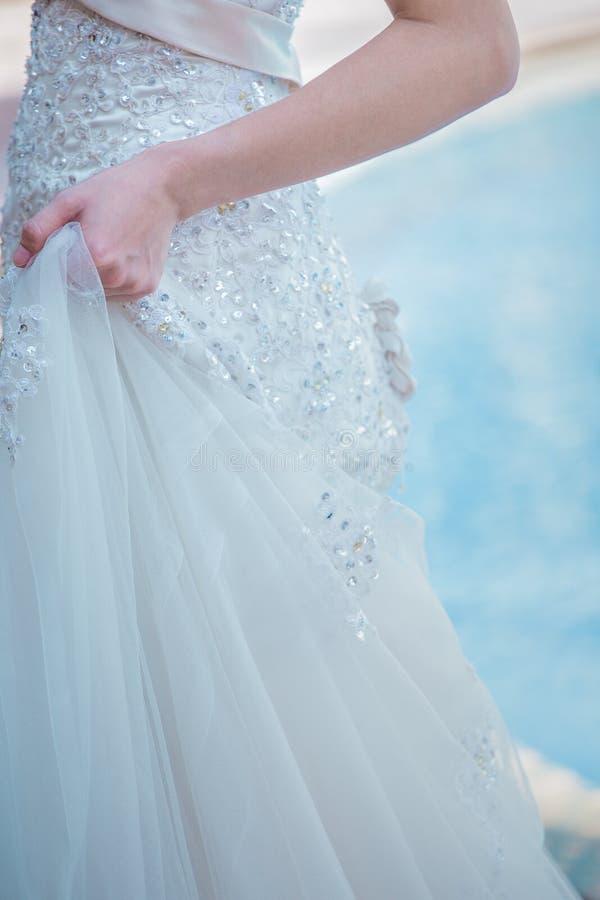 De gevormde bruid ` s mooi Fijn voorbereid spousal int. van de kantrok royalty-vrije stock foto's
