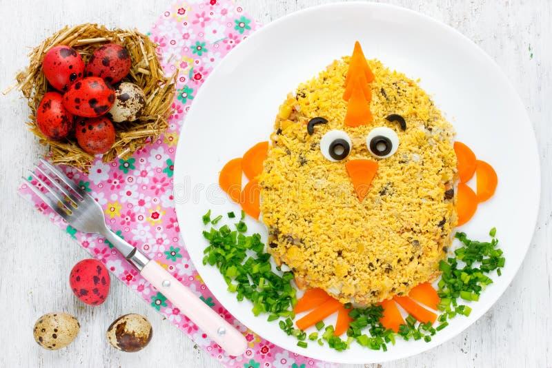 De gevormde grappige Pasen kip van Pasen salade - grappig idee voor Pasen royalty-vrije stock afbeelding