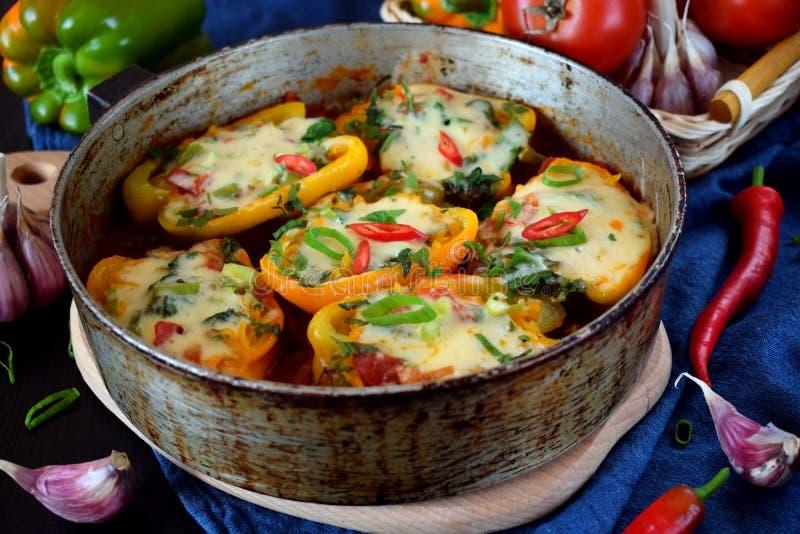 De gevulde helften groene paprika's met hakken en kaas fijn stock afbeelding