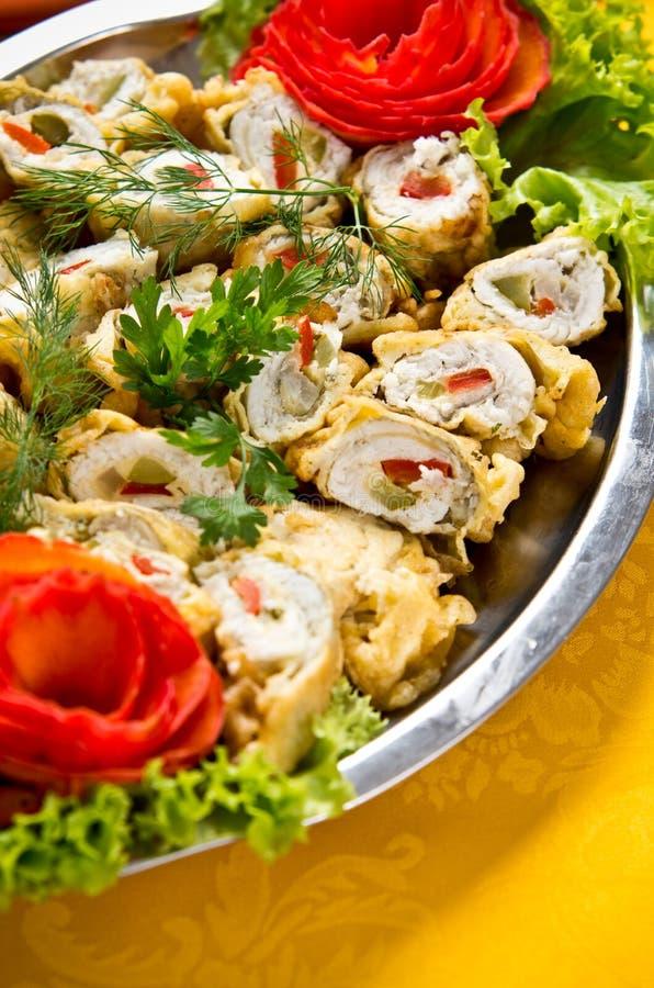 De gevulde schotel van vissenbroodjes stock afbeelding