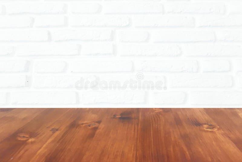 De gewassen vloer van het eiken houtparket die op witte bakstenen muur wordt geïsoleerd stock afbeelding