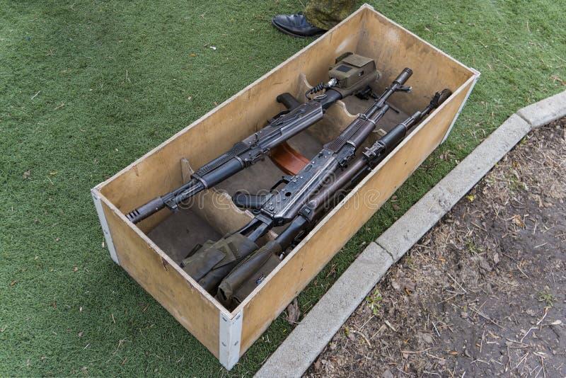 De geweren van de kalashnikovaanval in houten doos Wapenhandel onwettige verkoop van wapens Een automatisch wapen met een sluipsc royalty-vrije stock foto