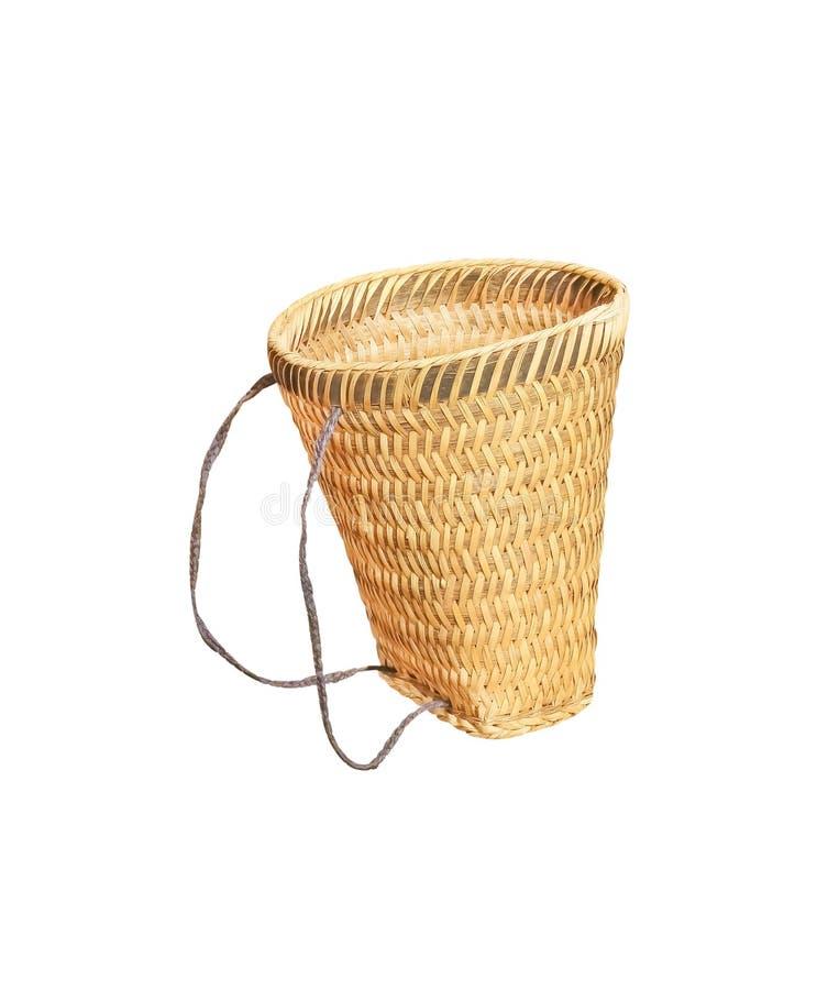 De geweven die zak van de bamboemand met kabel op witte weg als achtergrond en het knippen, stammen met de hand gemaakt wordt geï royalty-vrije stock afbeelding