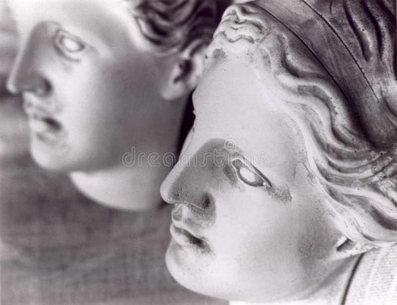 De gezichten van 2 vrouwelijke standbeelden stock foto
