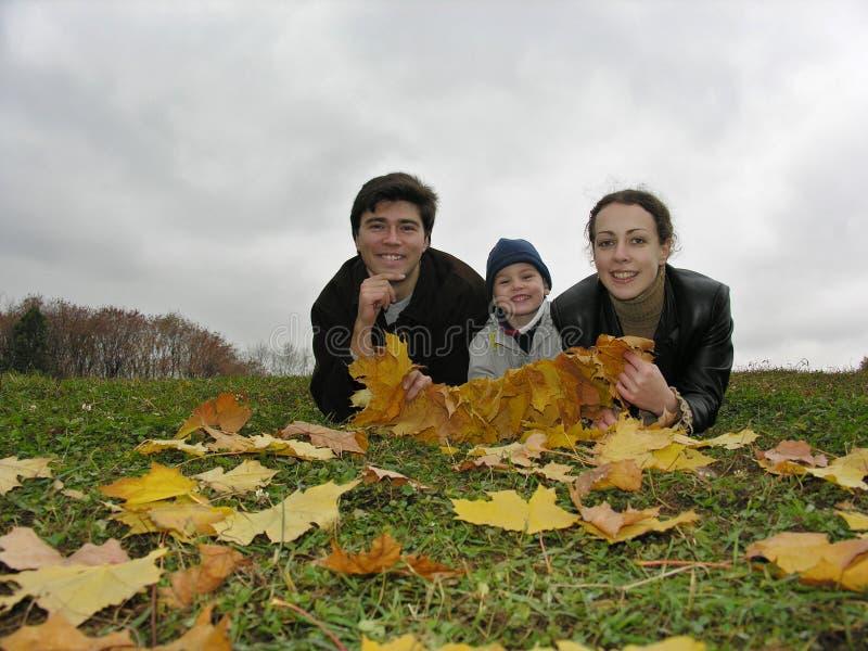 De gezichten van de glimlach van familie op de herfst gaat weg royalty-vrije stock afbeelding