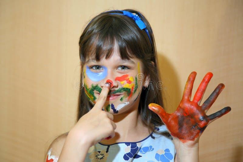 De gezichten van kinderenverven met kleuren stock afbeeldingen