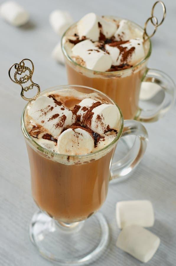 De gezonde cocktail van de winterkerstmis - hete cacaodrank of gekruide koffie met heemst en chocoladepoeder in het glas royalty-vrije stock foto's