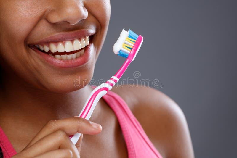 De gezonde en schone tanden tijdens het borstelen, sluiten omhoog royalty-vrije stock afbeeldingen