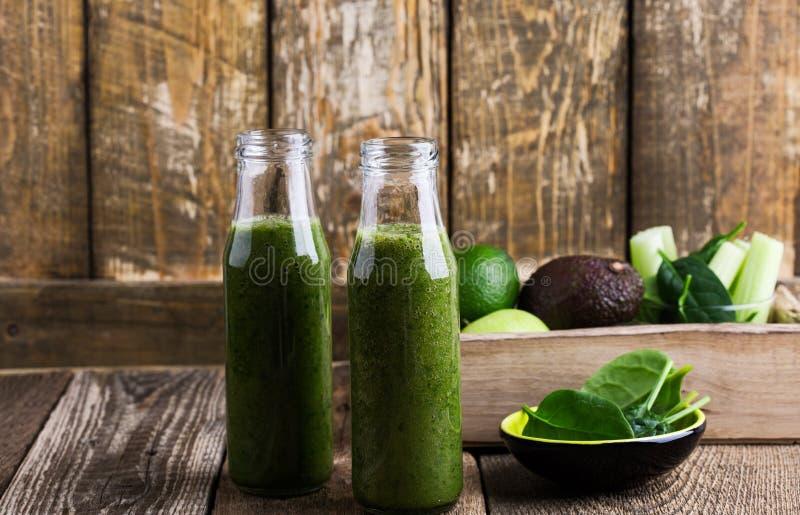 De gezonde groene vruchten en de groenten smoothie, de spinazie, de avocado, de appel, de selderie en het citroensap drinken royalty-vrije stock afbeeldingen