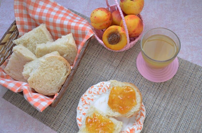 De gezonde Ingrediënten van het Ontbijt Kom van havergranola mooi vers smakelijk Ontbijt op de lijst Witte broodtoost stock afbeelding