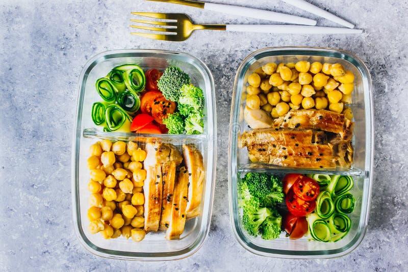 De gezonde kip van maaltijd prep containers en verse groenten stock afbeelding
