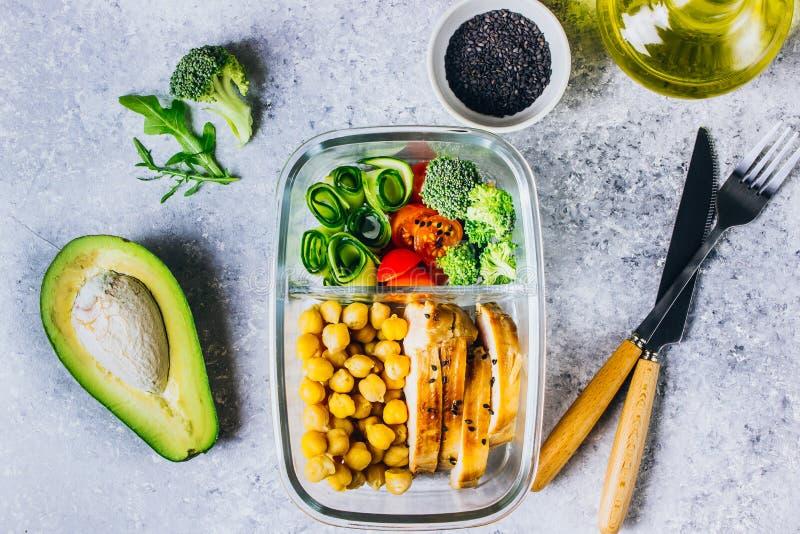 De gezonde kip van maaltijd prep containers en verse groenten royalty-vrije stock foto