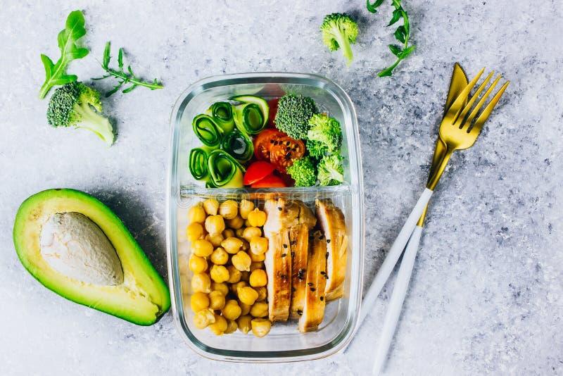 De gezonde kip van maaltijd prep containers en verse groenten royalty-vrije stock foto's