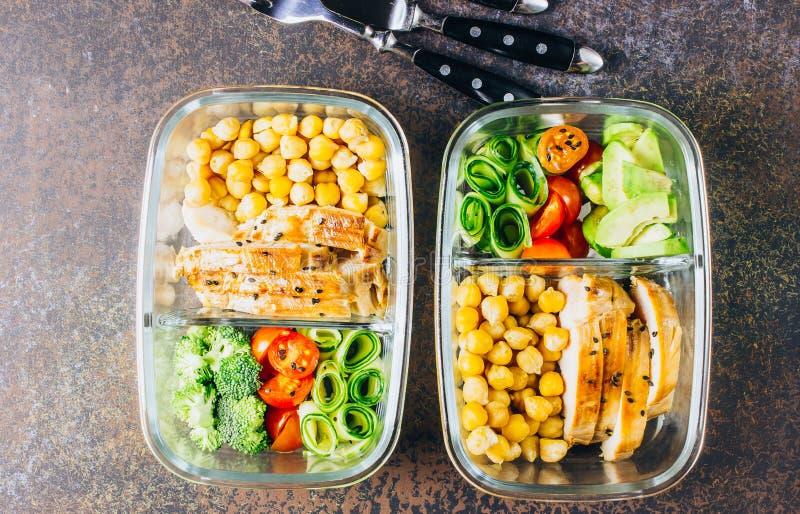 De gezonde kip van maaltijd prep containers en verse groenten royalty-vrije stock fotografie